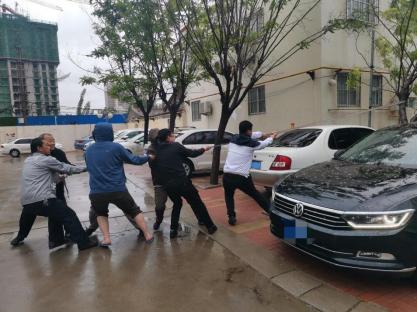【阳光快讯】大雨过后,那些最可爱的背影,为我们排忧解困——阳光财险沧州中支理赔服务部查勘人员雨天救援被砸车辆766.png