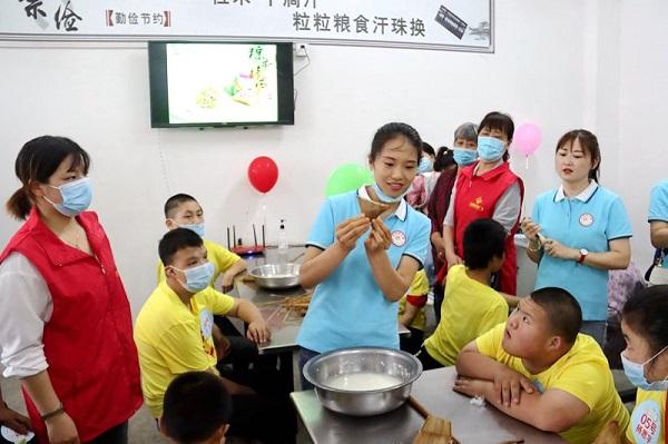 天福顺购物广场员工和孩子们一起包粽子.JPG