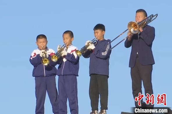 甘肃民勤县小学校长组建沙漠西洋管乐队冀农村孩子有一技之长
